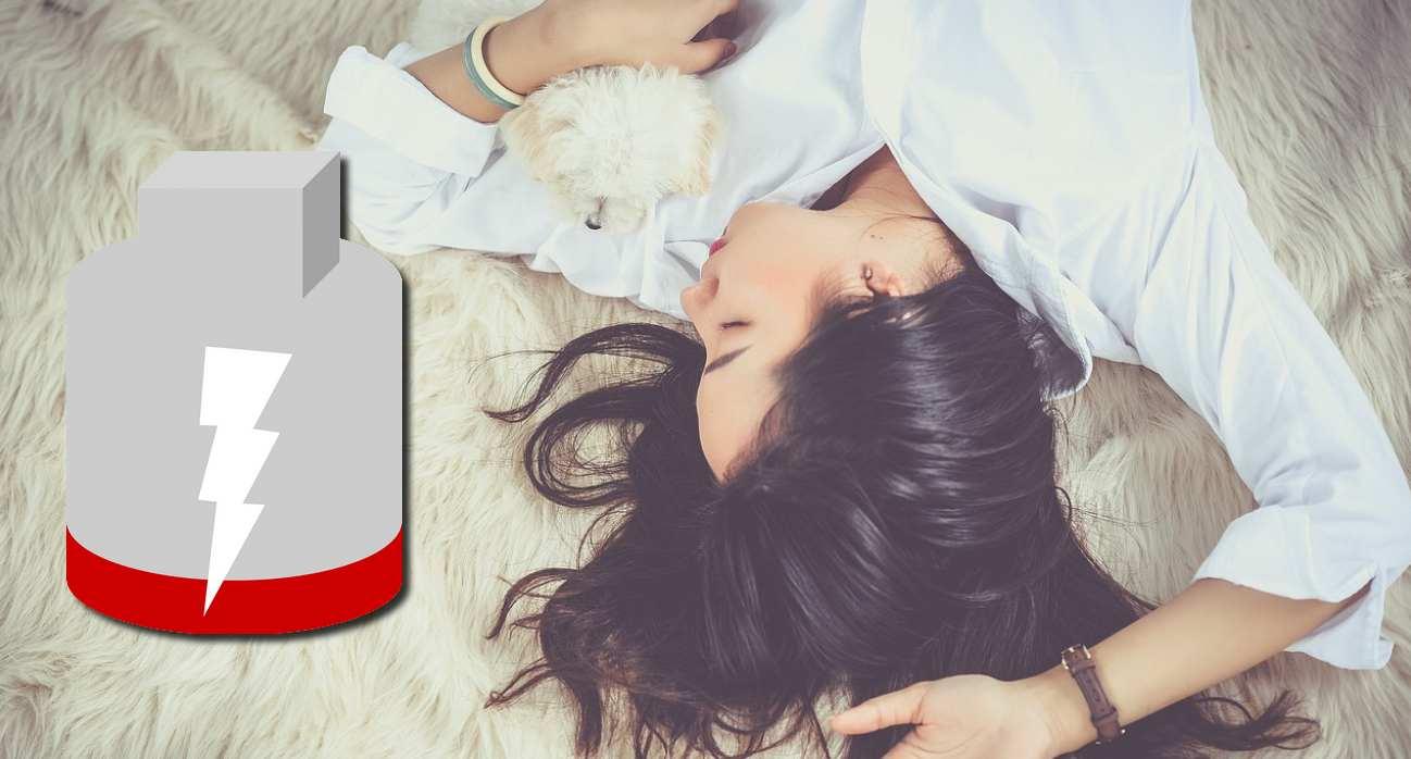 Femme dort smartphone batterie